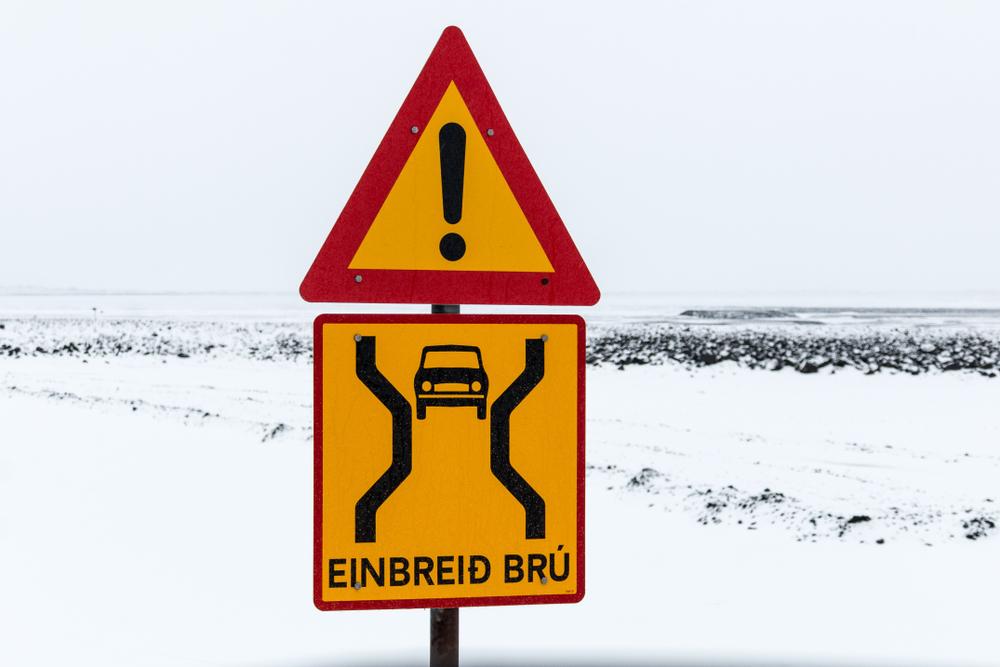 Single lane bridge (Einbreið Brú) sign in Iceland